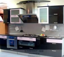 Черная и розовая глянцевая кухня фото