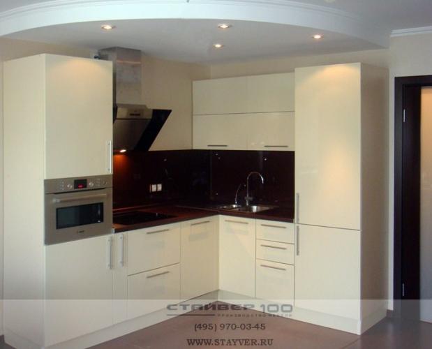 Глянцевая кухня в бежевом цвете фото