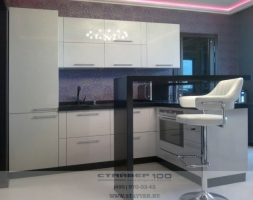 Фото белой современной кухни с барной стойкой