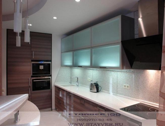 Модная кухня в цвете Графит+ стекло в алюминиевой рамке фото