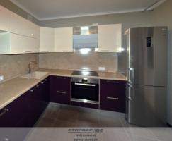 Кухня цвета аклажан и ваниль глянец фото