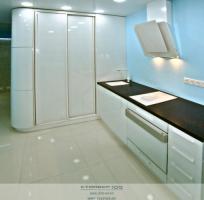 Белая кухня нестандартной формы со встроенным  шкафом-купе фото