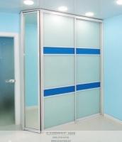 белый шкаф-купе с синим
