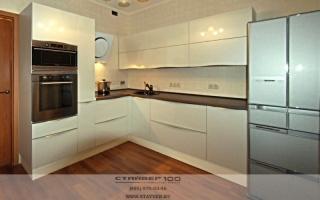 Глянцевая кремовая кухня фото
