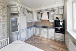 Классическая белая кухня с серебрянной патиной фото