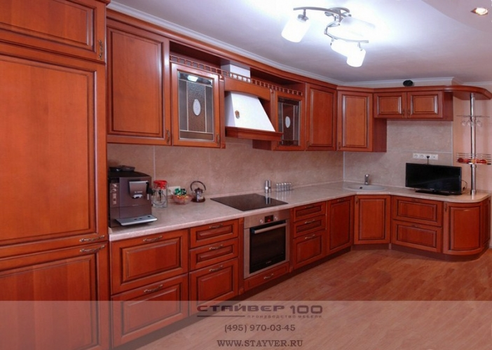 Угловая классическая кухня из массива фото.