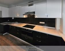 Угловая черно белая глянцевая кухня