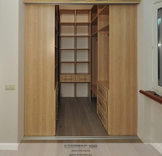Встроенный гардеробный шкаф-купе