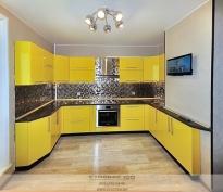 Фото глянцевой желтой кухни
