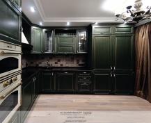 Оливково-зеленая кухня из массива