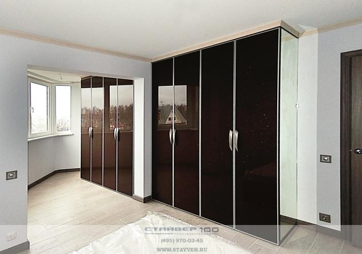 Черный стеклянный шкаф.