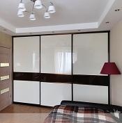 Шкаф купе с глянцевыми и зеркальными вставками