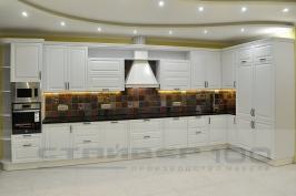 Большая белоснежная кухня из массива