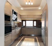П-образная кухня с мойкой под окном