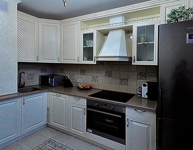Кремово-белая кухня из  массива дуба