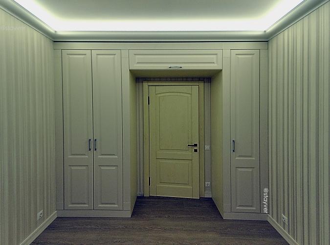 Шкаф с антресолью над дверью