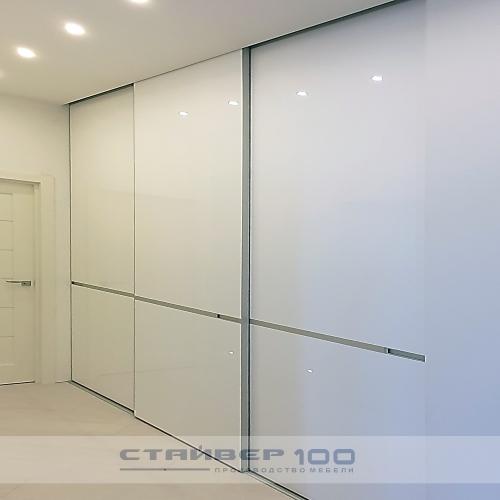 Встроенный шкаф с яркими вставками