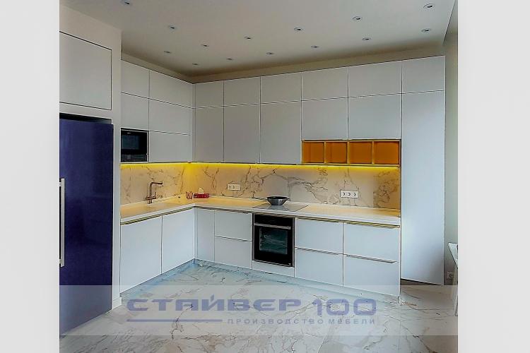 Кухня с желтыми вставками
