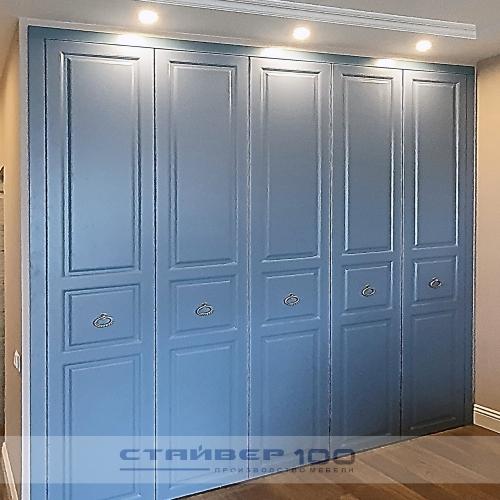 Голубино-синий встроенный шкаф