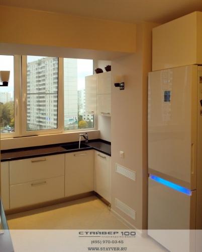Современная белая кухня на балконе фото