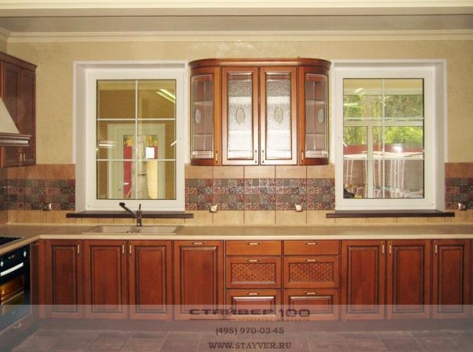 Кухня классическая, массив бука с коричневой патиной фото.