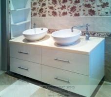 Белая глянцевая тумба для ванной.Фото