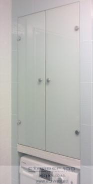 Шкаф в ванную из белого матового стекла. Фото