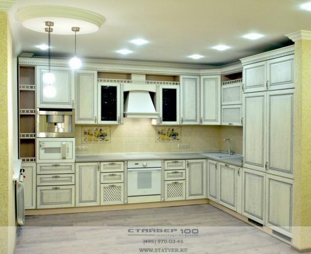 Кухня из массива ясеня на фото белая
