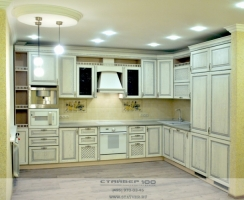 Кухня белая с серебрянной патиной фото.