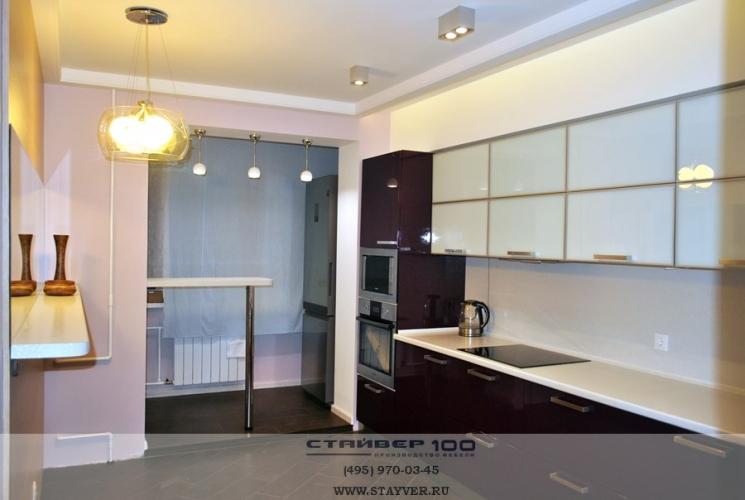 кухня цвета баклажан глянец с белым стеклом фото