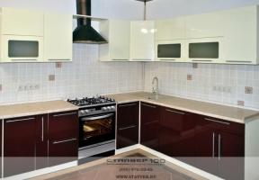 Кухня бардового и ванильного цвета фото