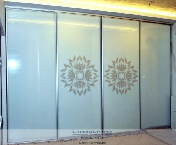 красивый шкаф купе со стеклянными дверями