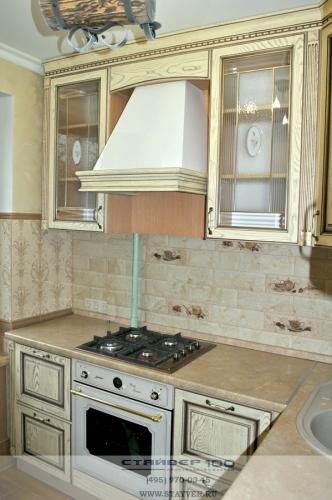 светлая кухня в классическом стиле из массива с патиной фото.