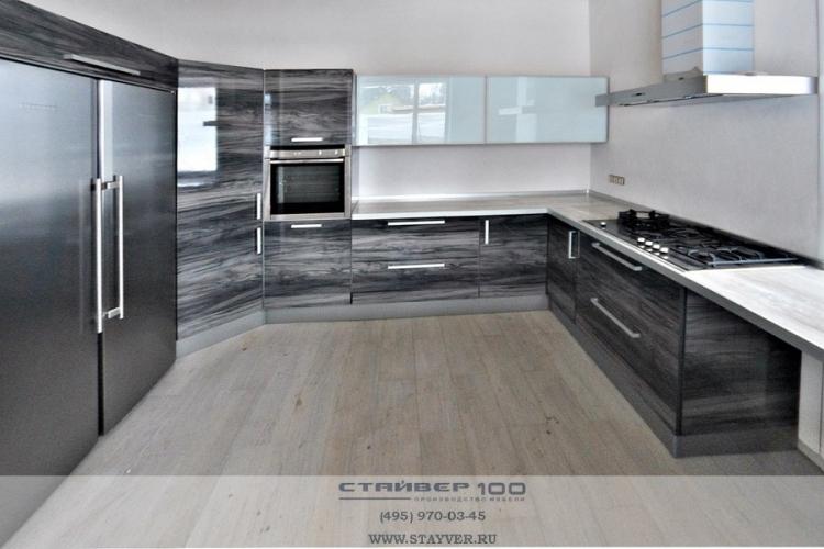 П-образная серая глянцевая кухня модерн фото