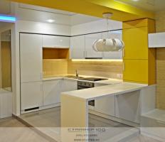 Кухня с барной стойкой  Белый и желтый гляне фото.
