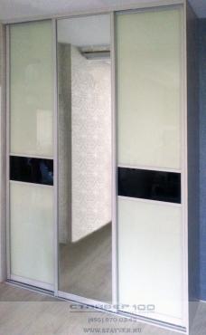 Шкаф-купе с черно-белыми дверьми