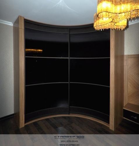 Радиусный шкаф с акриловым стеклом. Фото