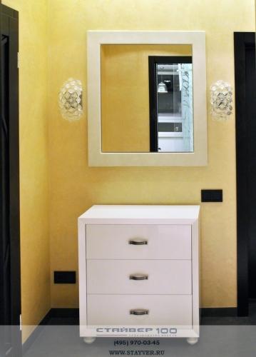 Фото комода из белого глянца и зеркала в кожаном багете